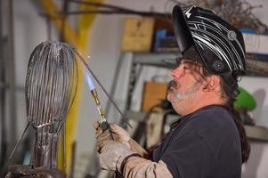 Lötlampe Arbeiter-Metallarbeiter in der Werkstatt foto
