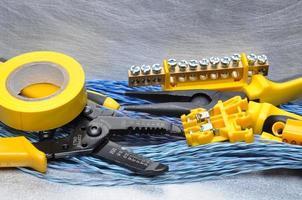 Crimpzangen und Kabel auf grauem Hintergrund foto
