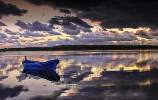 Fischerboot auf nebligen See in der Abenddämmerung