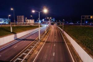 beleuchtete Straße in der Nacht.