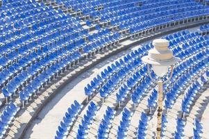Glühbirne in einer leeren Amphitheaterhalle am Tag foto