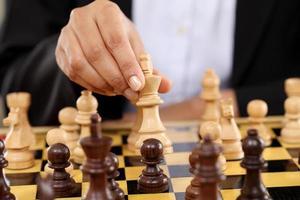 Geschäftsfrau, die Schach spielt foto