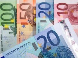 Nahaufnahme von Euro-Banknoten mit 20 Euro im Fokus