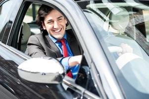 erfolgreicher Geschäftsmann, der ein luxuriöses Auto fährt foto