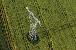 Luftaufnahme von elektrischen Drähten großer Energieturm foto