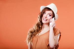 Sommerfrau, die auf Handy spricht. foto