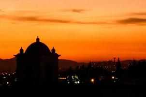 Kathedrale ist im Sonnenuntergang silhouettiert foto