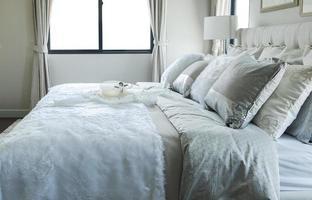 weißes und graues Kissen auf dem Bett foto