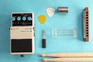 Gitarrenpedal, Drumsticks, Mundharmonika, Audio-Plug und Gitarren-Picks