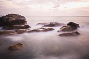 das felsige Ufer oder der Strand