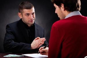 Geldverleiher im Gespräch mit dem Kunden foto