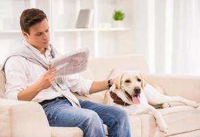 junger Mann mit Hund foto