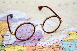 Brille auf einer Karte von USA - Michigan foto