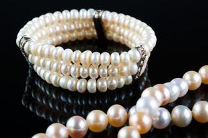 Perlenkette und Armband foto