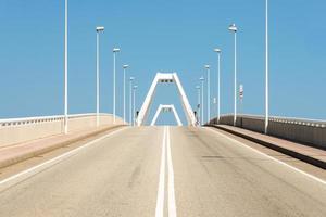 Die Straße führt zur Klappbrücke im Hafen von Barcelona foto