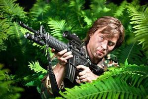 Soldat hält die Waffe foto