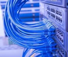 Netzwerkkabel an Switch angeschlossen foto