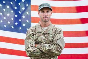 notleidender Soldat, der Kamera betrachtet foto