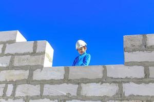 Junge auf einer Baustelle foto