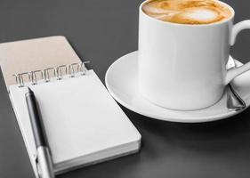 Broschüre und Kaffeetasse auf dem Tisch