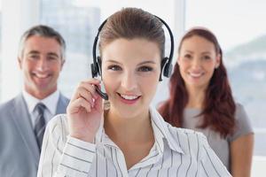 Geschäftsfrau trägt ein Arbeits-Headset foto