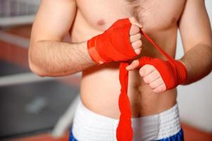 Sportler bindet Boxverband