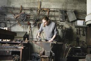 Schmied arbeitet in der Werkstatt