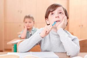 nachdenklicher kleiner Junge während des Unterrichts foto