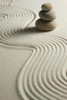 Steinstapel auf geharktem Sand