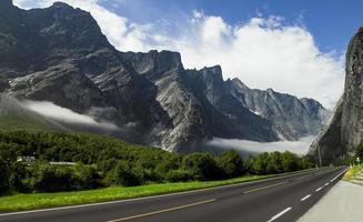 leere Straße in den hohen norwegischen Bergen foto