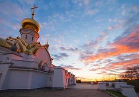 Serafim Sarovsky Tempel auf Sonnenuntergang in Chabarovsk, Russland foto