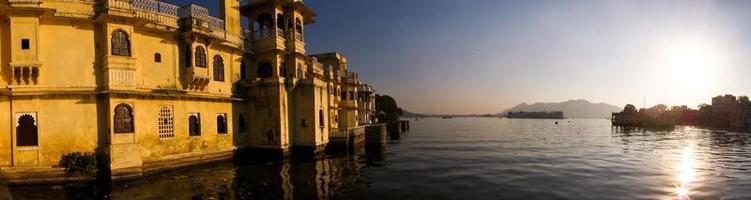 Sonnenuntergang über dem Palast und dem See foto