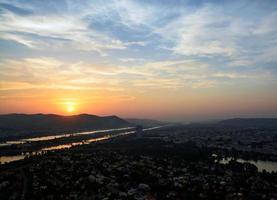 bunter Sonnenuntergang auf Skyline der Donau, Wien foto