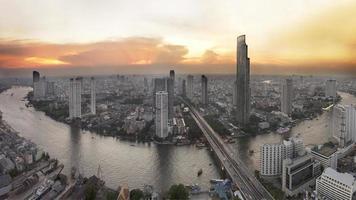 Luftaufnahme des Bangkok-Abends auf den Wolkenkratzern in der Innenstadt.