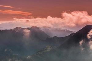 schöne Berglandschaft in den Alpen foto
