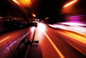 Nacht fahren - Seite des Autos geht schnell foto