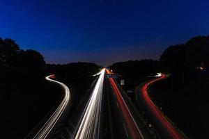 Autolichtspuren an der Autobahnkreuzung bei Nacht
