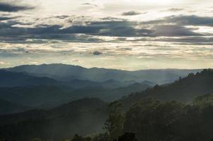 Regenwolken über Bergen in Thailand