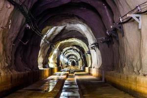 dunkler Tunnel mit Licht foto