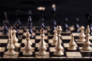 Schachfiguren auf einem Schachbrett.