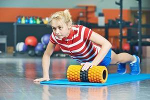 Frau, die im Fitnessstudio hochschiebt foto