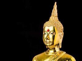Buddha-Statue lokalisiert auf schwarzem Hintergrund