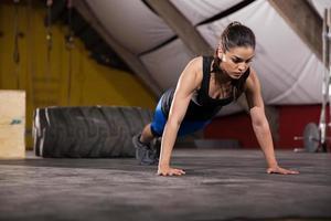 Liegestütze in einem Fitnessstudio foto