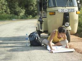 Frau liest Karte auf der Straße durch Autorikscha foto