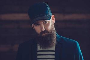 Mann in blauer Mütze mit langem Bart und Schnurrbart