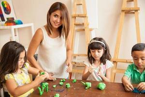 Lehrer und Schüler während des Kunstunterrichts foto