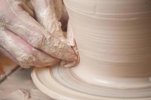 Hände eines Töpfers foto