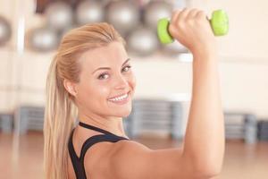 hübsche blonde Frau, die Fitnessübungen macht foto
