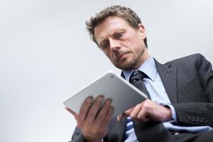 Geschäftsmann, der mit Tablette arbeitet