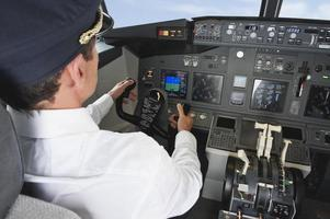 Pilot, der Flugzeug im Cockpit fährt foto